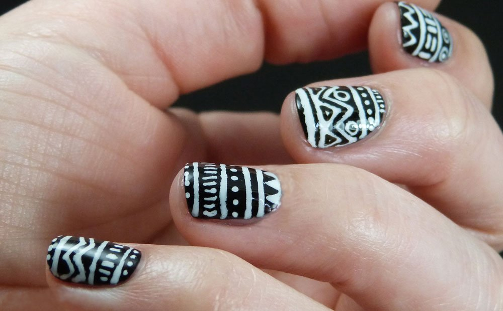Uñas a blanco y negro con estilo tribal