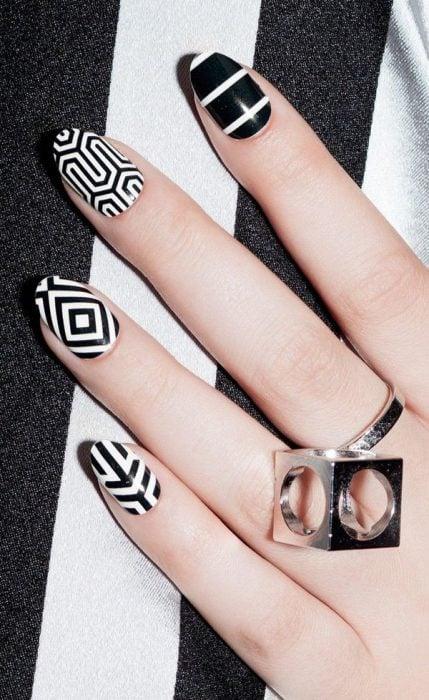 Uñas a blanco y negro con rayas de diferentes formas