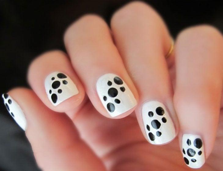 Uñas a blanco y negro con puntitos