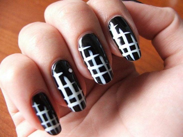 Uñas a blanco y negro con rayas cruzadas