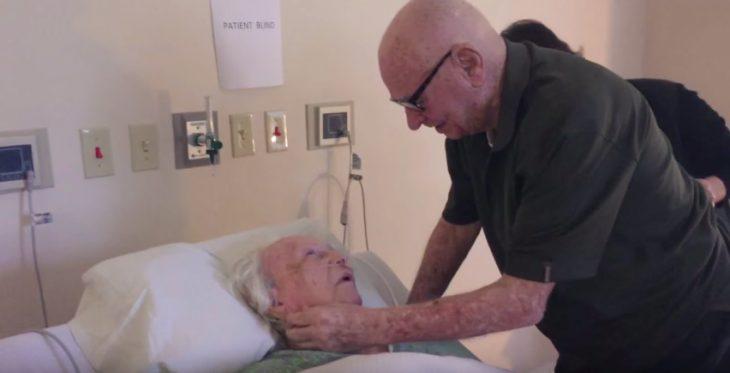 abuelo le canta una canciòn a su esposa mientras ella està en su lecho de muerte