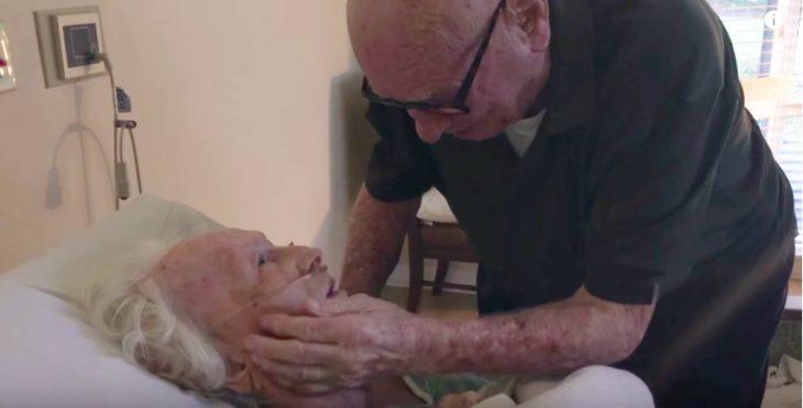 abuelo le canta una canción a su esposa mientras le toca el rostro