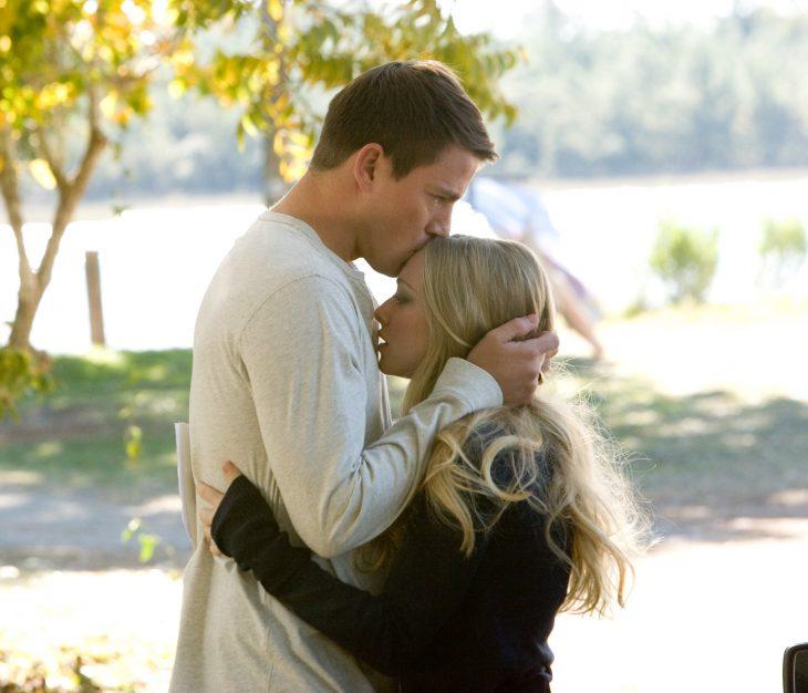 Escena de la película querido jphn hombre besando en la frente a una chica