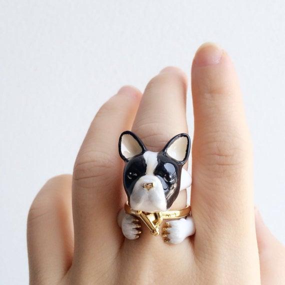 Chica mostrando su anillo en forma de perrito