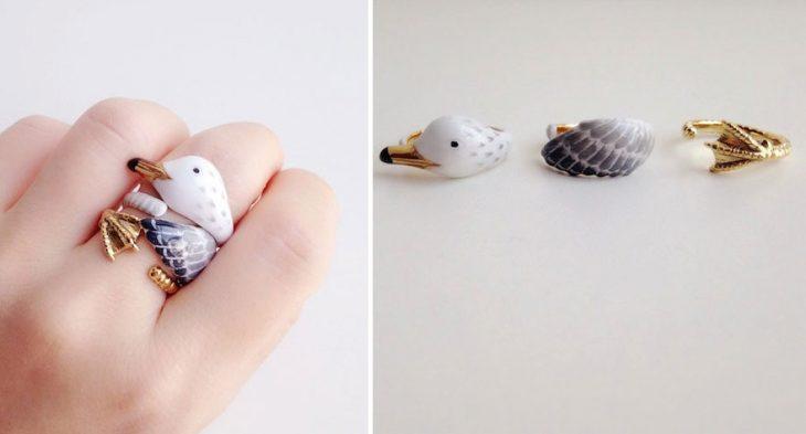 anillo en la mano de una chica en forma de pato