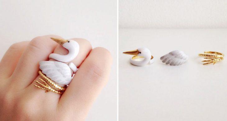 Anillo de cisne en la mano de una mujer