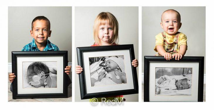 Niños hermanos sosteniendo fotografias de cuando nacieron como bebés prematuros