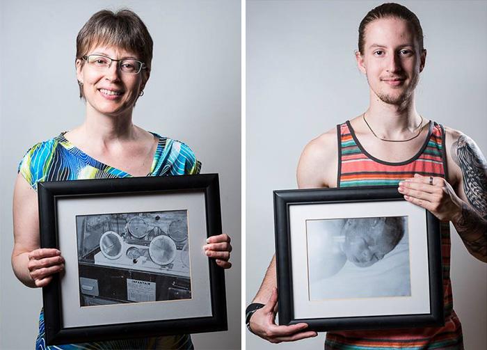 madre e hijo sosteniendo cada uno imagenes de cuando eran bebés