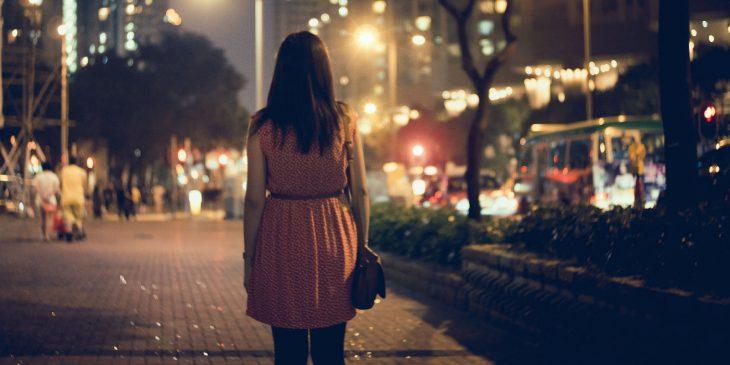 chica caminando sola en la noche