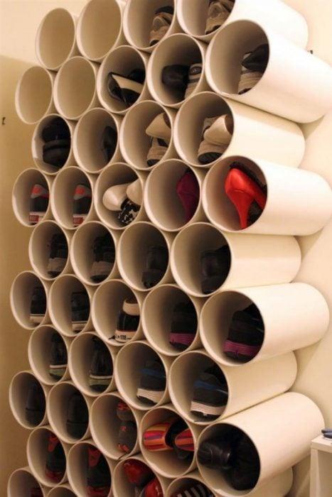 Tubos de pvc en la pared para guardar zapatos