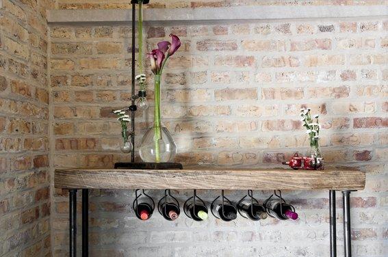 mesa con organizador de botellas de vino
