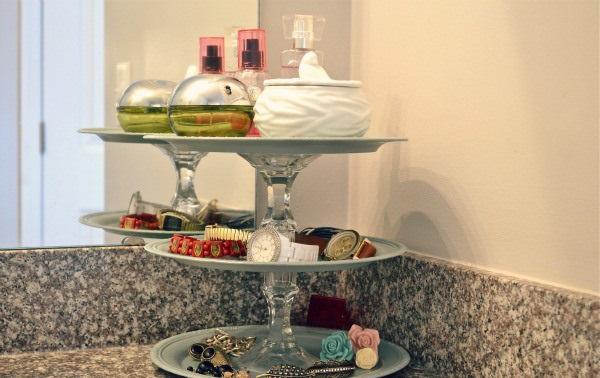charola de pastelería con artículos de baño