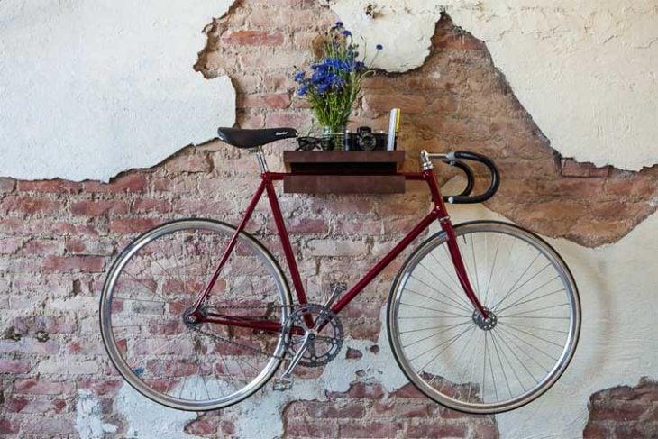 Rack de madera en la pared para bicicleta