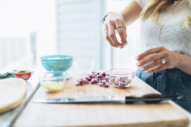 manos de mujer cocinando saludable
