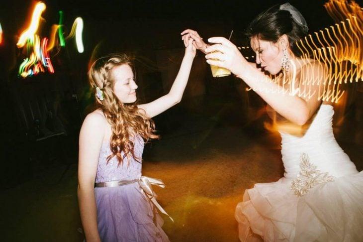 Ashley madrastra mujer bailando en su boda con adolescente