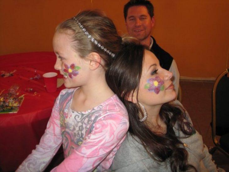 familia mujeres con cara pintada