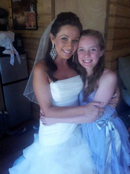 Mujer vestida de novia con su hija Ashley madrastra