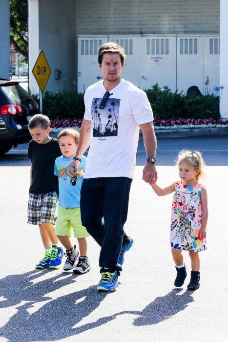 Mark Whalberg y tres de sus hijos