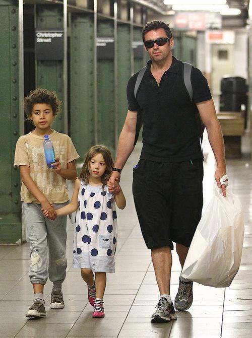 Hugh Hackman y sus hijos en el metro