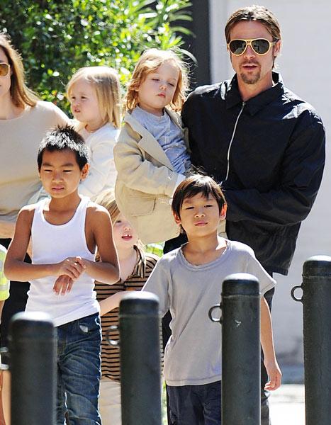 Brad Pitt y sus hijos de paseo en la calle