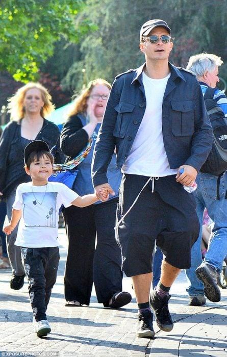 Orlando Bloom y su hijo en Disneylandia