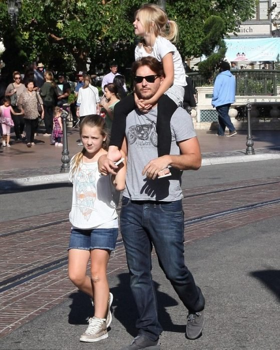 Peter Facinelli y sus hijas en la calle