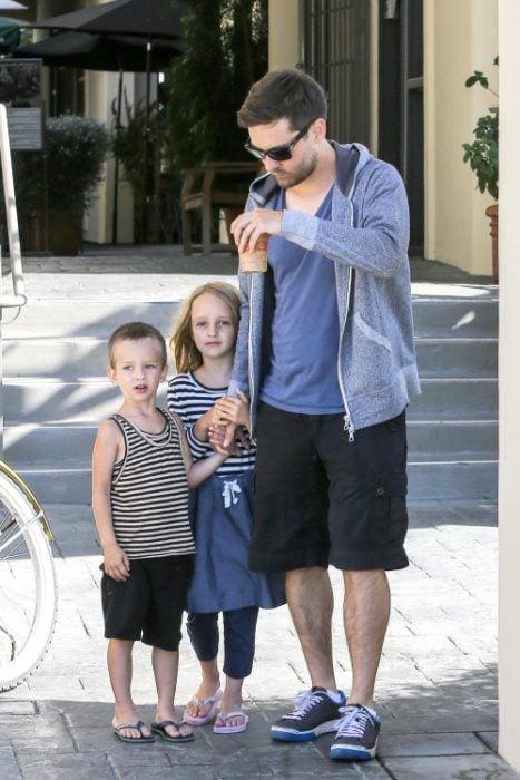 Tobey Maguire y sus hijos de paseo
