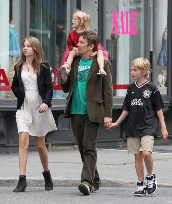 Ethan Hawke y tres hijos caminando en la calle