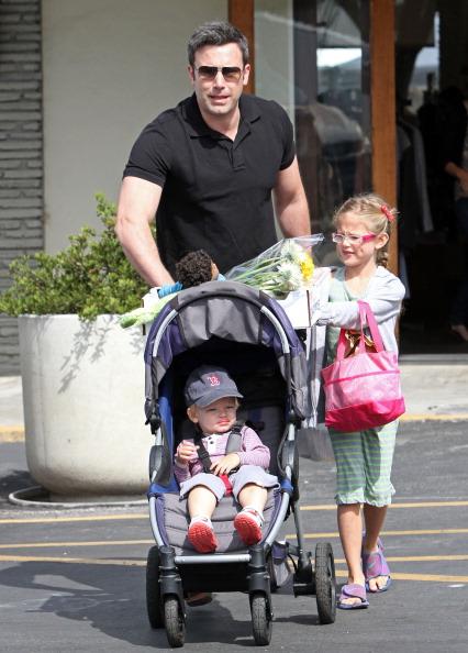 Ben Affleck y sus hijos en la calle