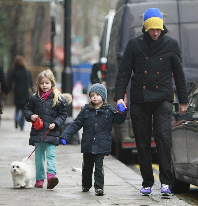 Chris Martin con sus hijos caminando en la calle