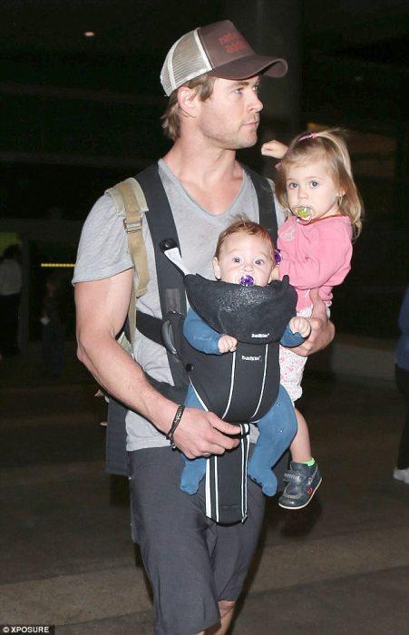 Chris Hemsworth cargando a sus hijos en brazos