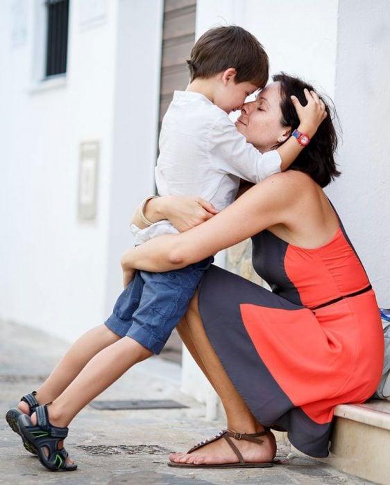 madre abrazando a hijo