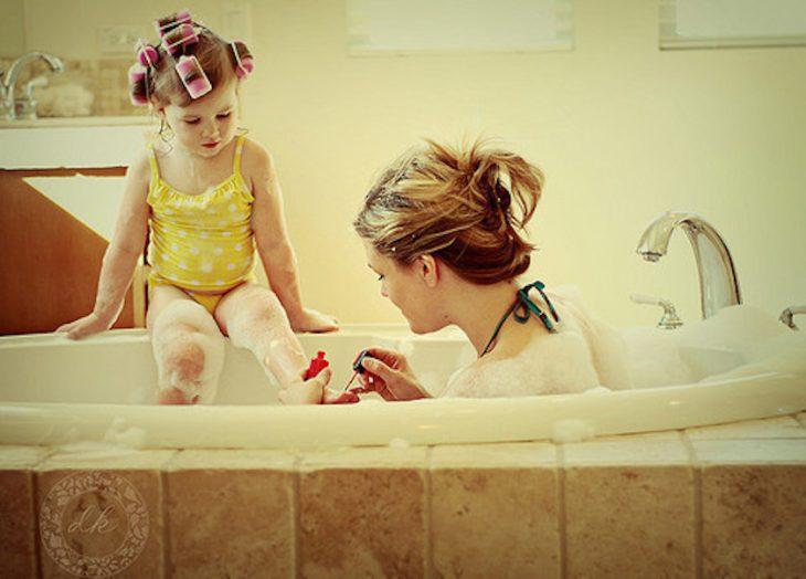 mamá pintando uñas de los pies a hija