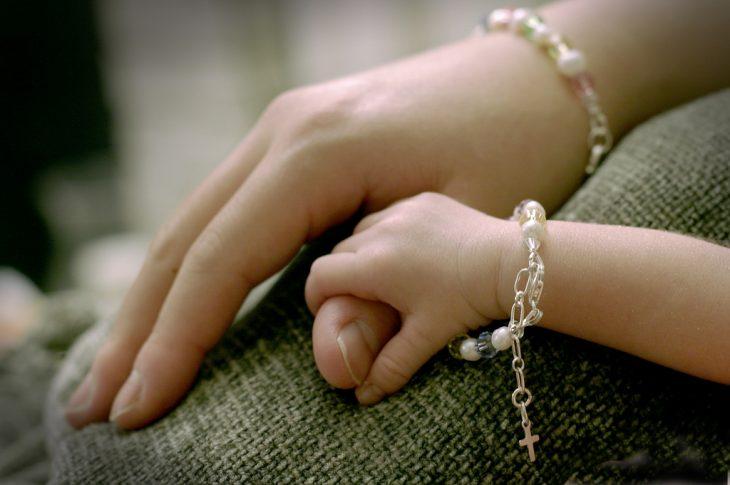 manos de madre e hija