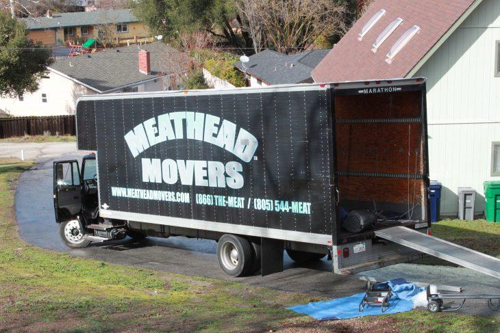 Camion de mudanzas de compañía que ayuda a mujeres