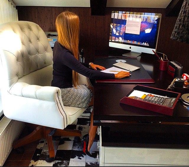 Mujer en una oficina trabajando