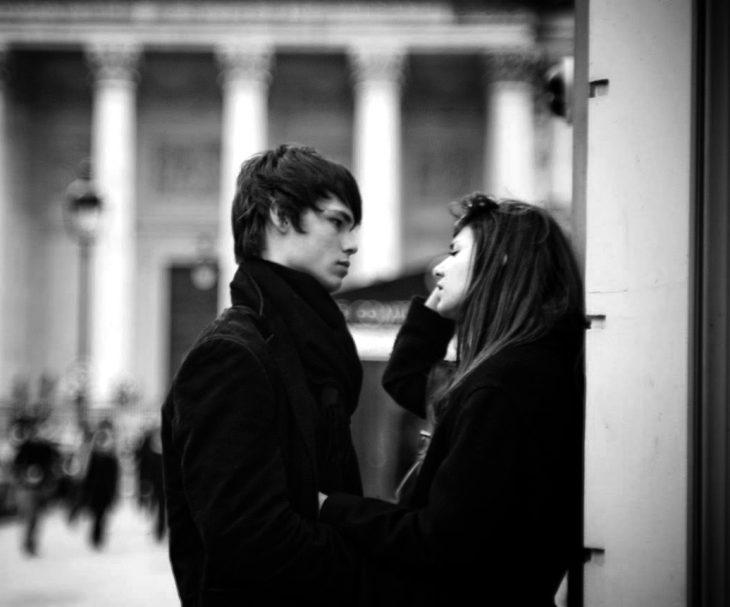 Pareja de novios platicando en la calle