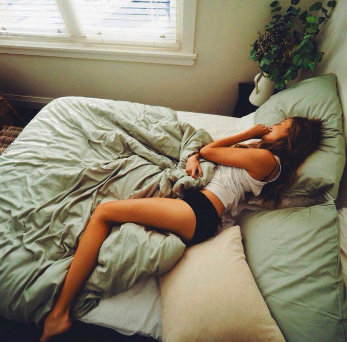 Chica recostada en una cama durmiendo