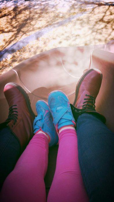 pies de chica y niña
