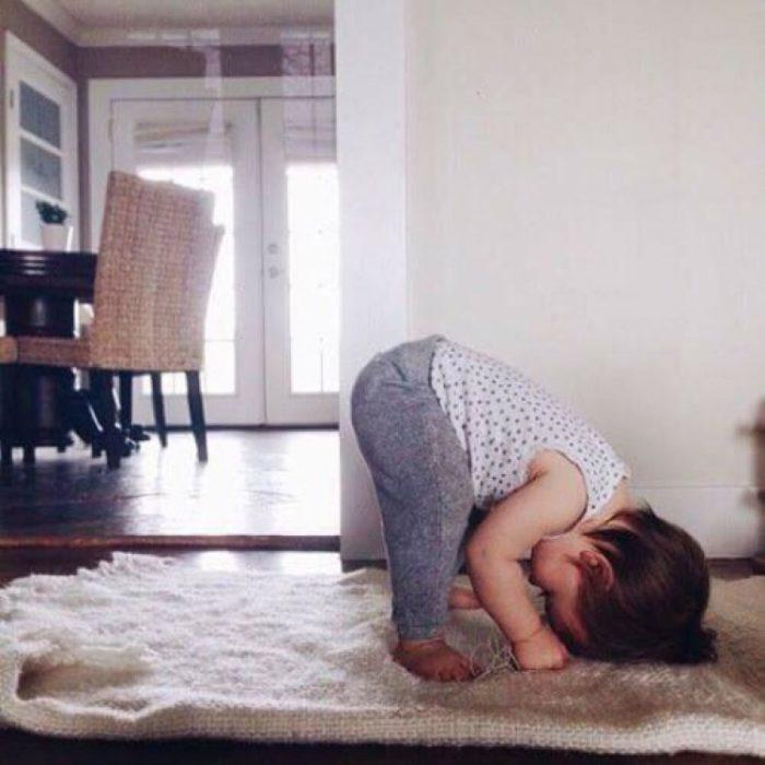 niña haciendo yoga en tapete