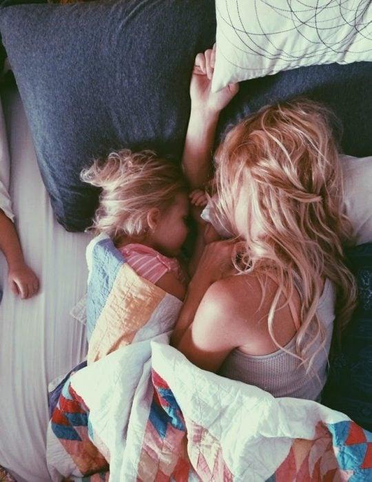 chica y niña pequeña acostadas