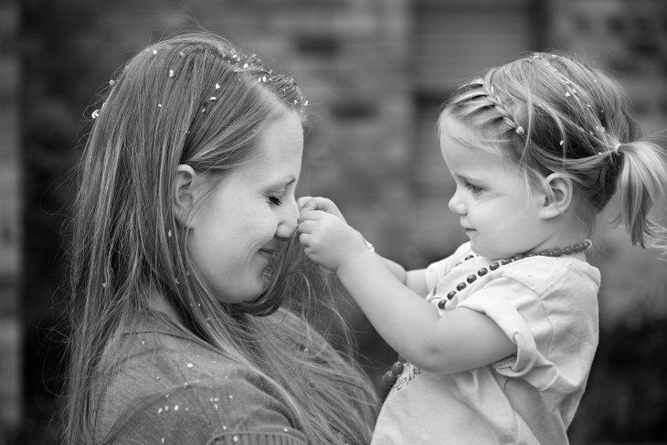 chica con niña pequeña en exterior