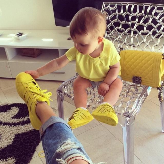 bebé jugando con pie de una chica