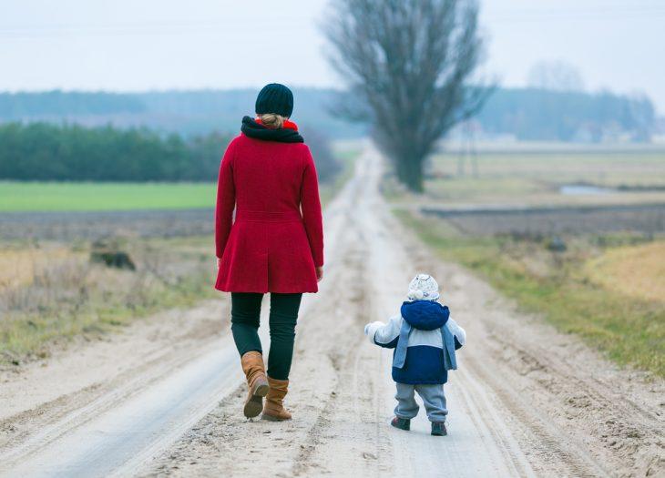 chica y bebé pequeño caminand