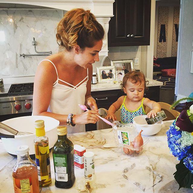 chica y bebé cocinando