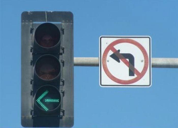 semáforo con girar en verde y letrero de prohibido girar a la izquierda