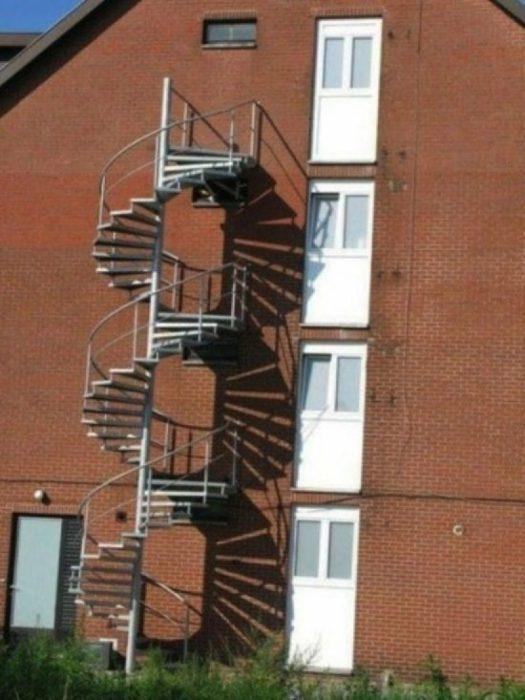 Escalera exterior de caracol mal colocada