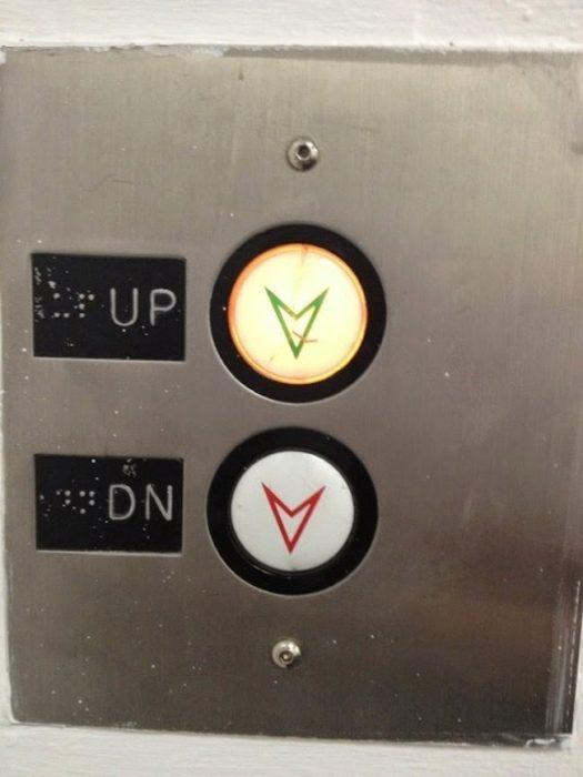 botones de elevador mal colocados