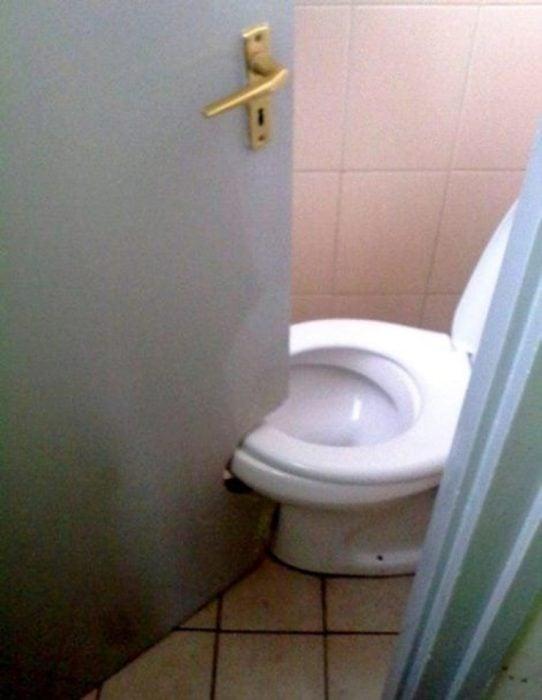 WC con puerta de baño modificada