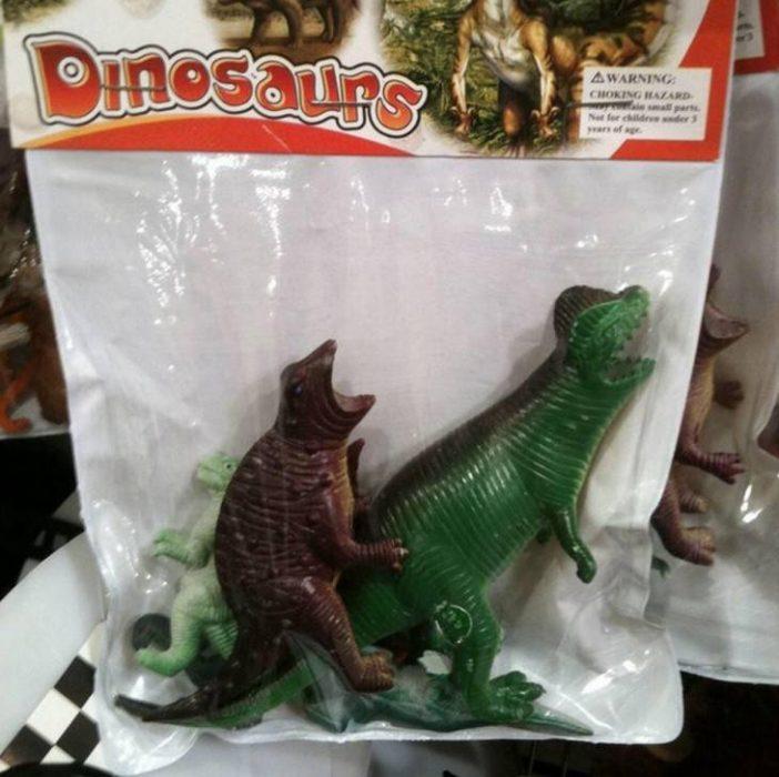empaque de dinosaurios de plástico mal colocados